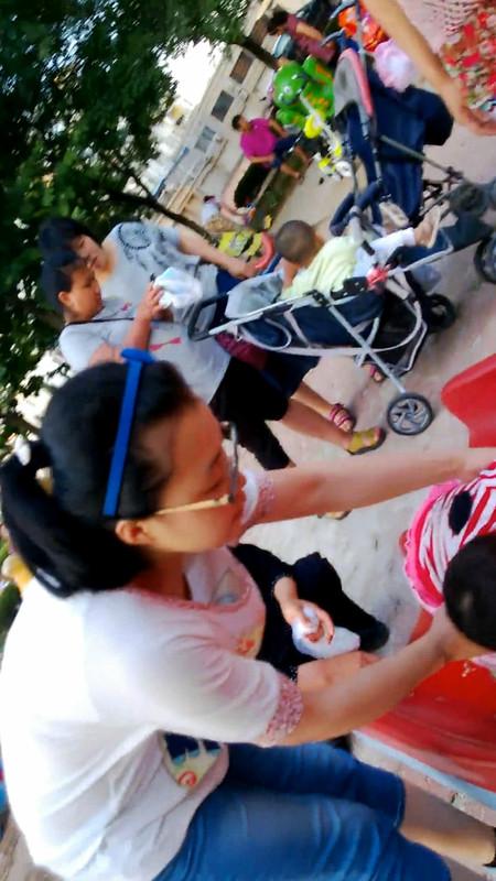 偷拍带小孩玩滑梯的年轻妈妈